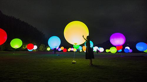 浮遊する、呼応する球体 / Floating, Resonating Spheres